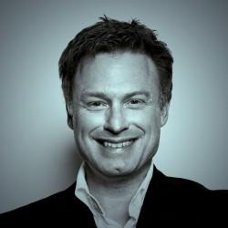 """Hughes Schlueter kommt aus Bad Homburg v.d.H. und arbeitet in Frankfurt/Main. Er lebte auch in Luxemburg, Frankreich und London. Diplom-Wirtschaftsingenieur, Autor der Luxemburger Kriminalromane mit Fashion-Fotograf Lou Schleck. Krimis und Satiren in Anthologien. Gewinner des IBM Leonardo daVinci-Awards """"Best Essay""""."""